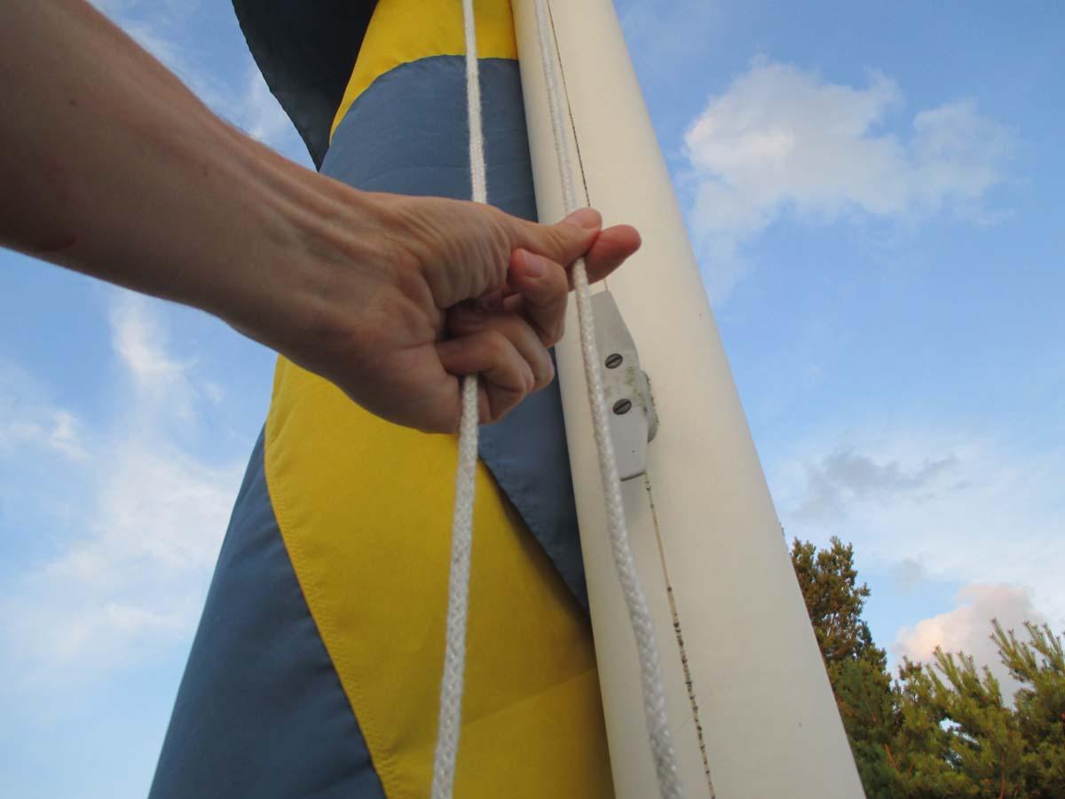 Upp med flaggan. På semestern är varje dag en flaggdag.
