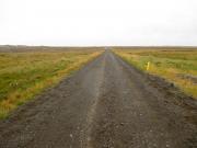 Flera km rak väg ut till gården Stóri-Kálfalækur